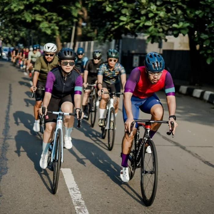Sebagai seorang selebritas ia pun terlihat tak canggung untuk bergabungbersama pe-sepeda lainnya. Aktivitas gowes yang dilakukan oleh Tyna ini nampaknya sangat membuat ia enjoy. (Foto: Instagram.com/tynakannamirdad)