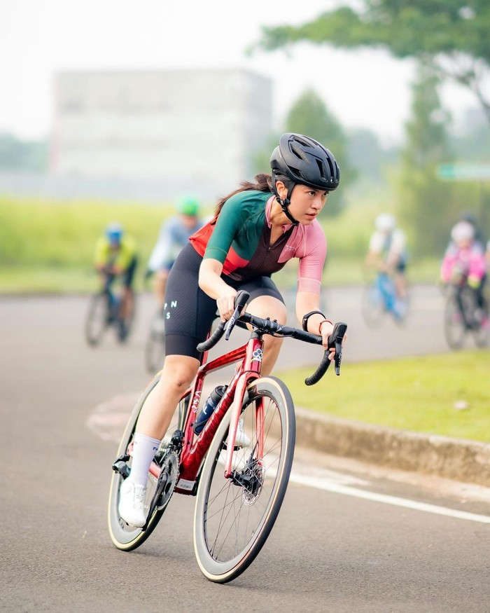 Sejak pandemi covid-19 berlangsung, cabang olahraga sepeda menjadi kian diminati masyarakat. Tak terkecuali menantu Lydia Kandou dan Jamal Mirdad, yaitu Tyna Kanna Mirdad. (Foto: Instagram.com/tynakannamirdad)