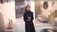 <p>Kali ini, YouTuber kelahiran Batam 1 Juli 1995 itu menunjukkan beberapa bagian rumah yang tengah didekorasi ulang dengan nuansa baru. (Foto: YouTube: Ria Official)</p>