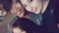 <p>Kini, keduanya telah dikaruniai seorang anak perempuan cantik yang diberi nama Melody, lho. (Foto: Instagram @awanzha_arzum)</p>