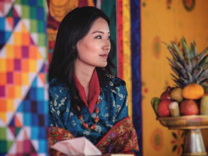 Jetsun Pema dikenal cerdas dan memiliki kecantikan yang natural. Ia juga menguasai tiga bahasa, termasuk India dan Inggris. Pesonanya ini, memikat hati Pangeran Bhutan, Jigme Khesar Namgyel Wanchuk. /Foto: Instagram/queenjetsunpema.