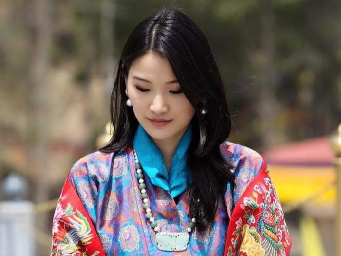 Jetsun Pema lahir pada 4 Juni 1990 di Thimpu, Bhutan, dan merupakan anak kedua dari lima bersaudara. Tak hanya di Bhutan, ia sempat menempuh pendidikan di India dan Inggris. / Foto: Instagram/queenjetsunpema.