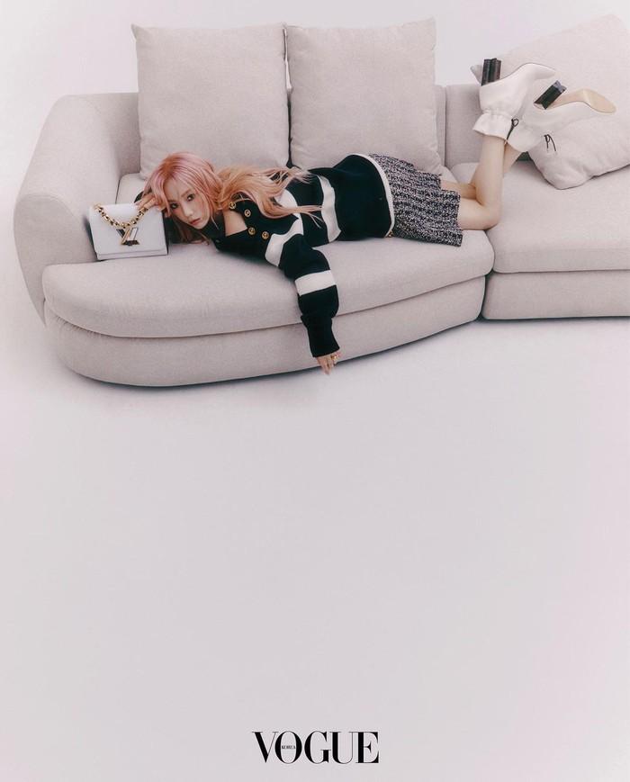 Masih dengan outfit yang sama, dengan wide shoot kita bisa melihat lebih jelas apa saja yang dikenakan Taeyeon. Ia melengkapi tampilannya dengan ankle boots dan tas Louis Vuitton berwarna putih. Manis banget, ya!/Foto: Instagram.com/taeyeon_ss
