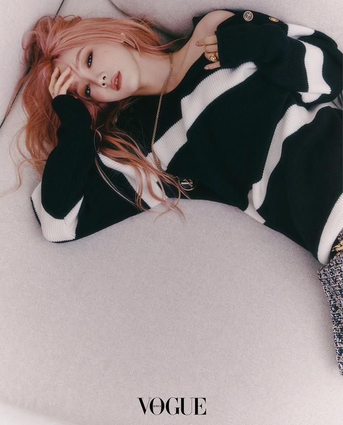 Menggunakan riasan smokey eyes dan rambut berwarna light pink, tampilan Taeyeon mengingatkan kita akan penyanyi yang hits di era 2000-an, Avril Lavigne. Look-nya makin terlihat edgy dengan off shoulder sweaterwarna monochrome./Foto: Instagram.com/taeyeon_ss