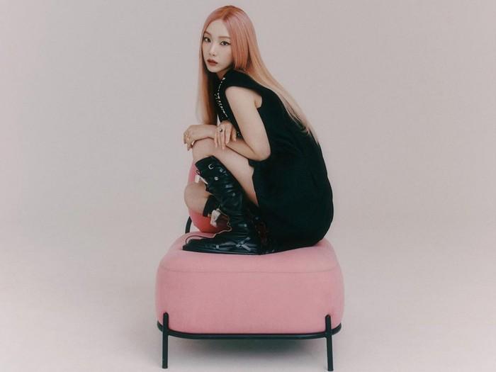 Telah berusia lebih dari 30 tahun, Taeyeon SNSD seperti tak menunjukkan bahwa ia telah menua. Tema black and pink dalam pemotretan ini membuat aura mudanya makin terpancar. Apakah kamu setuju, Beauties?/Foto: Instagram.com/taeyeon_ss