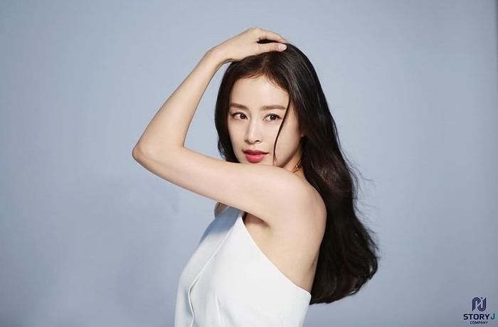 Istri dari Rain, Kim Tae Hee dianggap sebagai salah satu perempuan tercantik di Korea, Beauties. Kini, Kim Tae Hee sudah berusia 41 tahun, namun wajahnya tidak berubah dan terlihat awet muda, ya!/Foto: instagram.com/storyjcompany
