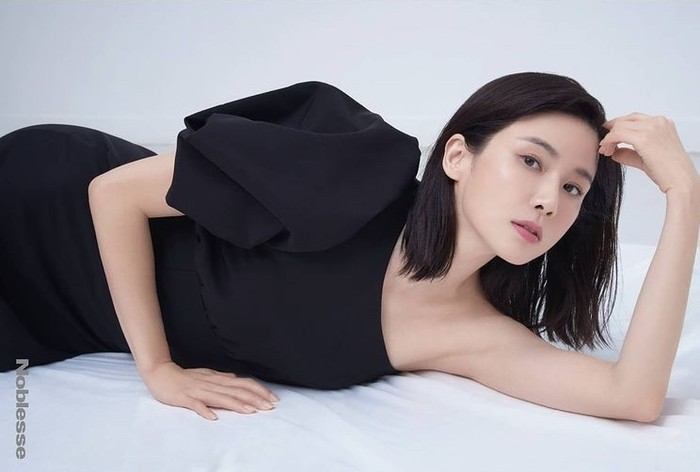 Lee Bo Young merupakan aktris dan istri dari aktor Ji Sung, bahkan mereka dijuluki sebagai couple goals! Pernah menjadi Miss Korea Daejeon pada tahun 2000, di usianya kini 42 tahun, ia masih terlihat awet muda./Foto: instagram.com/jwidecompany