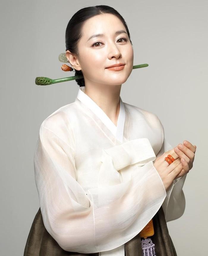Lee Young Ae terkenal berkat drama saeguk, Jewel in The Palace sebagai Dae Jang Geum. Pesona Young Ae memang tidak pernah luntur, wajahnya masih terlihat awet muda bahkan di usianya yang kini menginjak 50 tahun./Foto: instagram.com/lynature_official