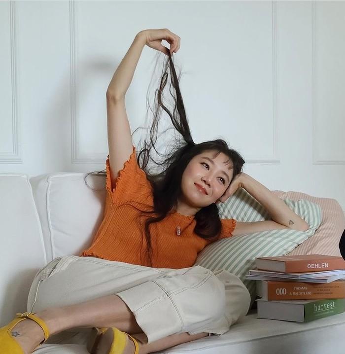 Sering mendapat peran dalam drama ber-genre romantic comedy hingga dijuluki ratu romcom, tak heran jika Gong Hyo Jin masih terlihat awet muda diusia 41 tahun, ya! Lihat senyumnya yang cerah, bikin Gong Hyo Jin tampak 20 tahun lebih muda, kan?/Foto: instagram.com/management_soop