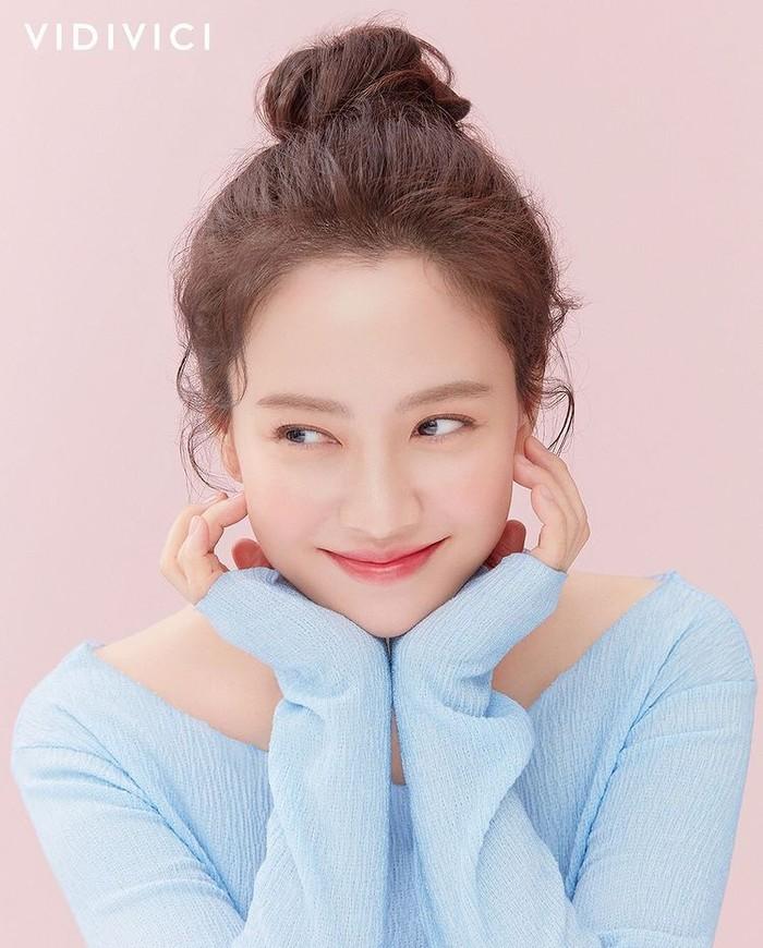 Song Ji Hyo mulai dikenal sejak perannya sebagai Min Hyo Rin, ballerina dalam drama populer berjudul Princess Hours. Banyak fans yang tidak menyangka Song Ji Hyo sudah berusia 40 tahun, karena wajahnya yang awet muda, nih./Foto: instagram.com/creativegrouping_ad