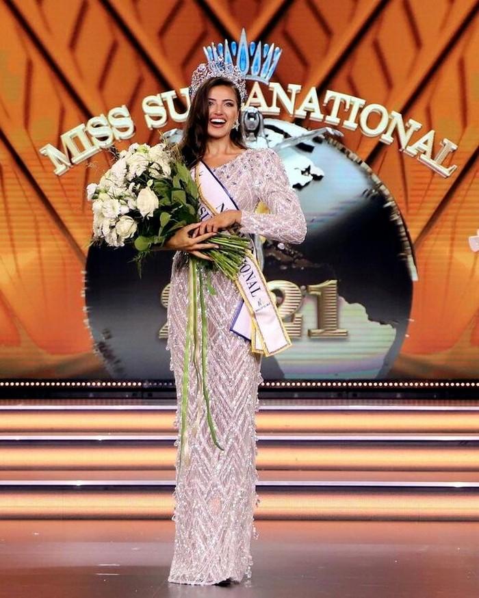 Chanique Rabe berhasil mengalahkan para finalis Miss Supranational 2021 dari 58 negara. Ia merupakan kontestan pertama dari negara dan benuanya yang memenangkan ajang kecantikan kelas Internasional ini. (Foto: instagram.com/misssupranational)