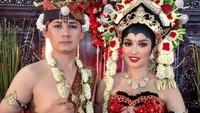 <p>Pada tahun 2014, pedangdut cantik Fitri Carlina menikah secara resmi dengan Hendra Sumendap, Bunda. Ternyata, Hendra merupakan seorang pilot, lho. (Foto: Instagram: @fitricarlina)</p>