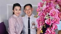 <p>Bekerja sebagai seorang pilot tentu memiliki jadwal yang padat ya, Bunda. Namun, pria yang sering disapa Ayah Hendra ini tetap menyempatkan waktu untuk merayakan ulang tahun sang istri, lho. (Foto: Instagram: @fitricarlina)</p>