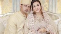 <p>Pasangan selebriti Ali Syakieb dan Margin Wieheerm tengah diselimuti kebahagiaan, Bunda. (Foto: Instagram @marginw)</p>