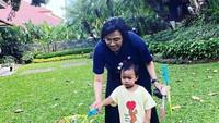 <p>Sri Mulyani ketika bermain bersama cucu di halaman rumah. (Foto: Instagram @smindrawati)</p>