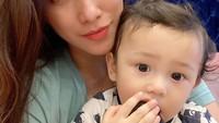 <p>Melalui media sosial Instagram, Ussy kerap membagikan kegiatan bersama anak-anaknya. Tak terkecuali pada si bungsu Baby Saka. (Foto: Instagram @ussypratama)</p>