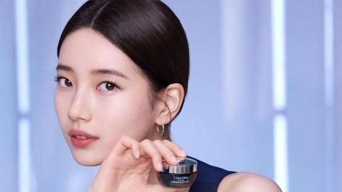 Bae Suzy dipilih menjadi brand ambassador produk skincare high end asal Paris, Lancome, pada 2018 lalu. Dalam drama yang dimainkannya, yakni Start Up, produk Lancome juga turut hadir dalam beberapa scene yang diperankan Suzy seperti lipstick yang dipakainya/Foto: Instagram.com/skuukzky