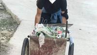 <p>Yang lebih menarik untuk mengisi waktu luang, ia mengumpulkan sampah-sampah plastik dan membuangnya di tempat pembuangan sampah, lho. Danzi Daji sendiri diketahui memprakarsai gerakan mengumpulkan sampah di tempat lahirnya sebagai ungkapan rasa cinta. (Foto: Foto dokumen :Danzi Daji team & YMM Lastwish)</p>
