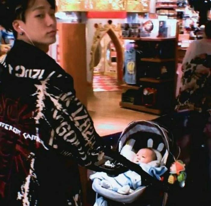 Di tengah kesibukannya sebagai seorang idol, Bobby meluangkan waktunya untuk jalan-jalan dengan sang keponakan. Dibalut dengan style yang nyentrik, Bobby terlihat senang mendorong stroller keponakannya. Bobby akan jadi sosok Ayah yang stylish, nih!/Foto: Instagram/bobbypopins