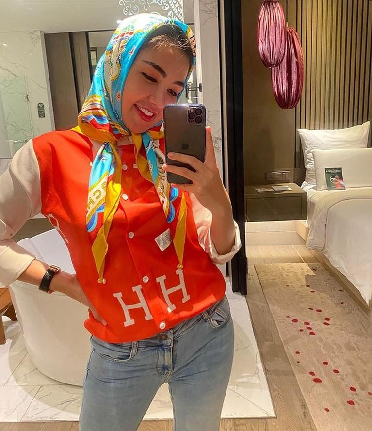 Penampilan Bella Shofie yang kini berhijab namun gaya hijabnya dikritik dan jadi sorotan. Yuk kita lihat gaya hijabnya!