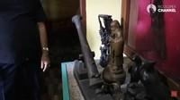 <p>Komedian berusia 79 tahun itu juga menyimpan berbagai artefak kuno seperti patung dan meriam yang digunakan untuk menghias museum. Ruangannya sangat wangi dengan sesajen, Bunda. (Foto: YouTube Rico Ceper)</p>