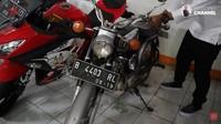 <p>Tak hanya itu, Haji Bolot juga masih menyimpan motor pertama yang dimilikinya ketika berusia 28 tahun. Ia menyebutnya denganmotor glepuk, bunda. Haji Bolot membelinya seharga Rp115 perak di tahun 1970 dan masih terawat hingga sekarang. (Foto: YouTube Rico Ceper)</p>