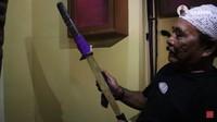 <p>Museum itu dipenuhi dengan berbagai senjata kuno seperti bedil, keris, dan samurai. Haji Bolot bahkan memiliki golok Si Pitung legenda Betawi. (Foto: YouTube Rico Ceper)</p>
