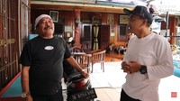 <p>Haji M Sulaeman Harsono atau Haji Bolot dikenal sebagai tokoh pelawak legendaris Tanah Air. Ia terjun sebagai pemain lenong Betawi. Sukses jadi seniman, Haji Bolot tinggal di rumah luas yang penuh dengan unsur sejarah. (Foto: YouTube Rico Ceper)</p>