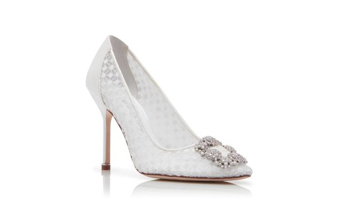 HANGISI White Lace Jewel Buckle Pumps dari Manolo Blahnik ini memiliki desain unik. Dengan gesper kristal di bagian depan dan lace di hampir seluruh permukaan, sepatu yang dibanderol sekitar Rp17 juta ini elegan dan mewah banget. /Foto: manoloblahnik.com