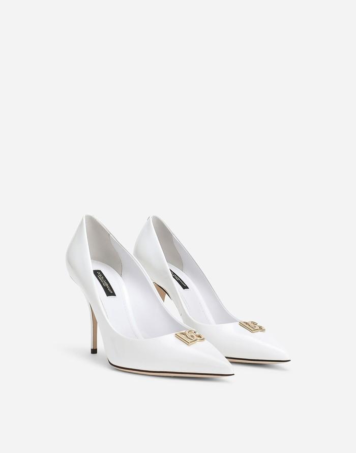 Jika kamu suka bridal shoes putih dengan desain yang simpel, Patent Leather Pumps with DG Logo dari brand Dolce and Gabbana ini sesuai dengan seleramu. Sepatu dengan ujung yang runcing nan cantik ini dibanderol seharga Rp14 juta. /Foto: dolcegabbana.com