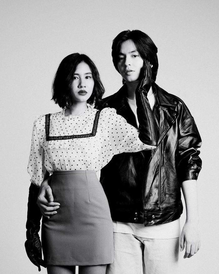 Konsep hitam & putih memang tidak pernah ada matinya, kamu bisa tampil vintage dengan sentuhan sarung tangan yang senada dengan jaket kulit pasangan, serta blouse yang memiliki aksen lace pada bagian kerah. /Foto: instagram.com/anggayunandareal16
