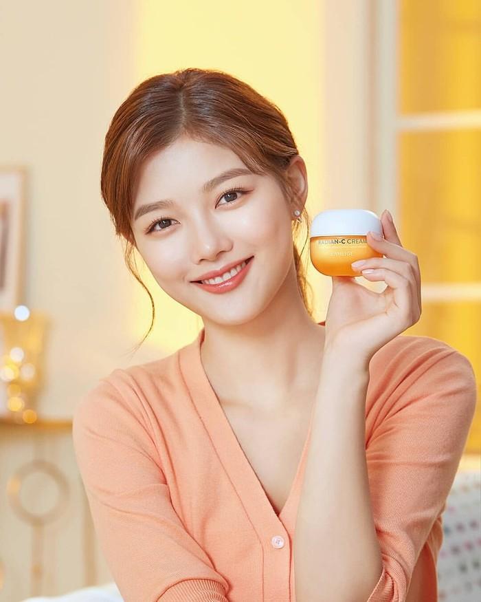 Laneige yang merupakan 'adik' dari brand Sulwhasoo, menggandeng brand ambassador baru setelah ditinggal oleh Song Hye Kyo. Aktris Kim Yoo Jung pun kini menjadi wajah baru bagi brand kosmetik asal Korea Selatan ini./Foto: Instagram.com/laneige_kr.