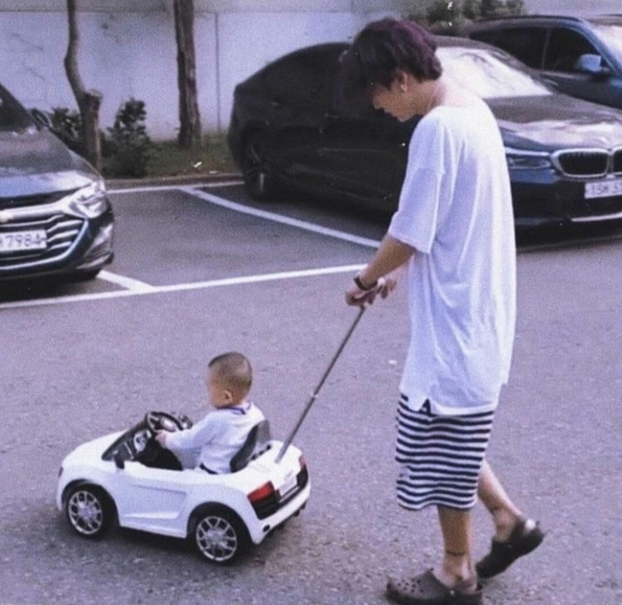 Layaknya seorang Ayah, Bobby tidak lupa untuk mengajak keponakannya untuk bermain. Dengan outfit rumahan, Bobby menemani sang keponakan yang duduk anteng di dalam mobil mainan. Wah, sosok Ayah idaman banget ya, Beauties./Foto: Instagram/ikon_bangladesh