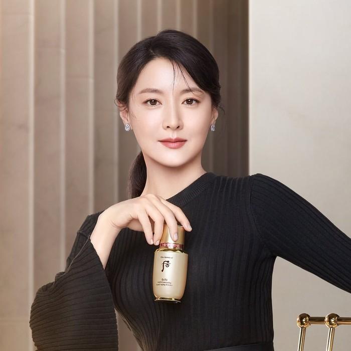 Nama Lee Young Ae dikenal luas setelah ia berperan menjadi Dae Jang Geum dalam drama Jewel in The Palace. Baru-baru ini, perempuan berusia 50 tahun ini tampil menjadi brand ambassadoruntuk History of Whoo/Foto: Instagram.com/thehistoryofwhoo_official