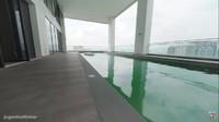 <p>Tempat tinggal tersebut berada di sebuah gedung pencakar langit. Sambil berenang, mereka bisa langsung melihat pemandangan yang indah dari sana. (Foto: YouTube: Gen Halilintar)</p>