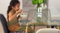 <p>Meja makan Sarah terbuat dari kaca, Bunda. Di atasnya juga diletakkan sebuah tanaman hias untuk memberikan kesan sejuk. (Foto: YouTube Sarah Azhari)</p>