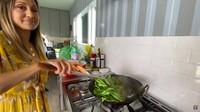 <p>Dapur Sarah juga terlihat sangat luas, lho. Sarah jadi bisa leluasa memasak makanan kesukaannya. (Foto: YouTube Sarah Azhari)</p>