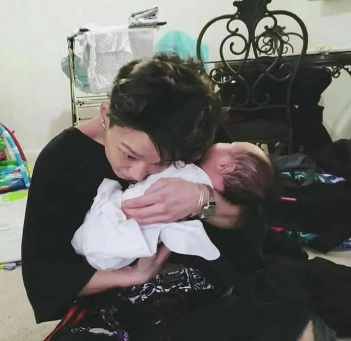 Selanjutnya ada foto yang menunjukkan ketika Bobby menggendong keponakannya. Idol k-pop berusia 25 tahun tersebut menuai perhatian karena cara menggendong keponakannya yang terlihat sudah mahir layaknya orang tua./Foto: Instagram/bobbypopins