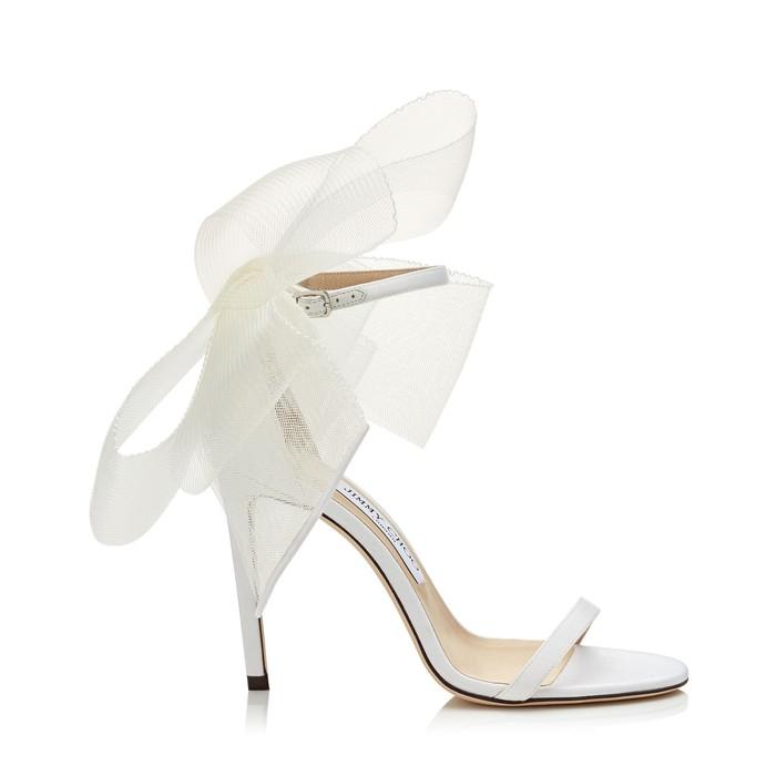 Sepatu cantik yang satu ini pasti membuatmu salah fokus dengan pitanya. AVELINE 100 dari brand Jimmy Choo ini juga rilis dengan warna gold dan hitam. Membuatmu terlihat elegan, sepatu ini dibanderol dengan harga sekitar Rp13 juta. /Foto: row.jimmychoo.com