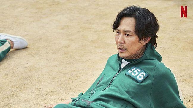 Menurut Review Squid Game, Sutradara Hwang Dong-hyuk menyajikan pahit realita kehidupan dalam bungkus yang begitu manis.
