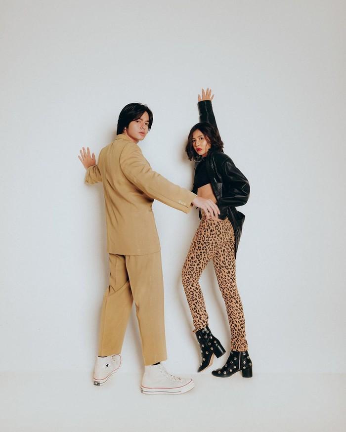 Shena tampil edgy dengan celana motif leopard, boots dengan hiasan mute, dan jaket kulit. Untuk kamu yang ingin tampil beda saat prewedding nanti, gaya ini bisa banget ditiru! /Foto: instagram.com/shenacinnamon
