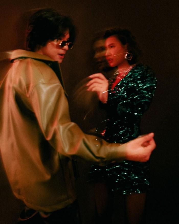 Tampil artistik dengan pakaian dan gaya yang akan membawa kamu pada suasana disco party era 70-an. Gayanya yang asyik dan seru benar-benar lagi menunjukkan jiwa muda mereka ya, Beauties. /Foto: instagram.com/anggayunandareal16