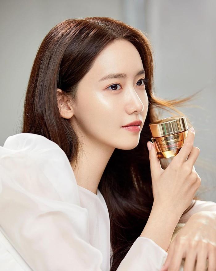Telah menjadi brand ambassador Innisfree selama 11 tahun, Lim Yoona atau yang dikenal juga sebagai Yoona SNSD kini menjadi wajah baru bagi brand high endternama Estee Lauder. Citra youthful-nya pada Innisfree, kini berganti menjadi dewasa dan elegan bersama Estee Lauder, Beauties!/Foto: Instagram.com/esteelauderkr
