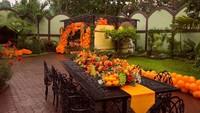 <p>Dekorasi pesta terlihat serba oranye nih, Bunda. Tasya mengatakan bahwa dekorasi ini terinsipasi dari makanan kesukaan sang anak. (Foto: Instagram: @senjadeco)</p>