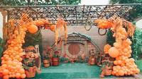 <p>Dekorasi ulang tahun juga semakin terlihat meriah dengan adanya balon-balon cantik yang dirangkai sedemikian rupa, Bunda. Keren banget, ya. (Foto: Instagram: @senjadeco)</p>