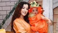 <p>Selain dekorasi pesta, Tasya dan si kecil yang akrab disapa Baby Lily ini juga mengenakan kostum berwarna senada, lho. Baby Lily bahwa mengenakan kostum yang mirip labu. Gemesin, ya! (Foto: Instagram: @tasyafarasya)</p>