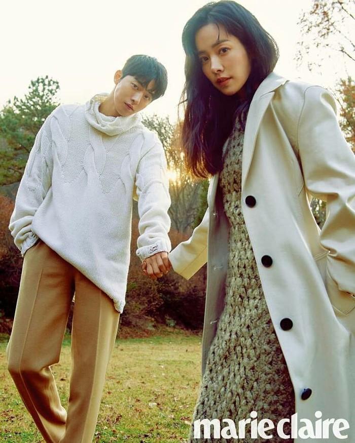 Ini bukan pertama kalinya Nam Joo Hyuk dan Han Ji Min melakukan pemotretan. Mereka telah beberapa kali menjadi pasangan dalam proyek drama dan film, jadi nggak heran kalau chemistry keduanya sangat menonjol./Foto: instagram.com/dazzling_joonhye