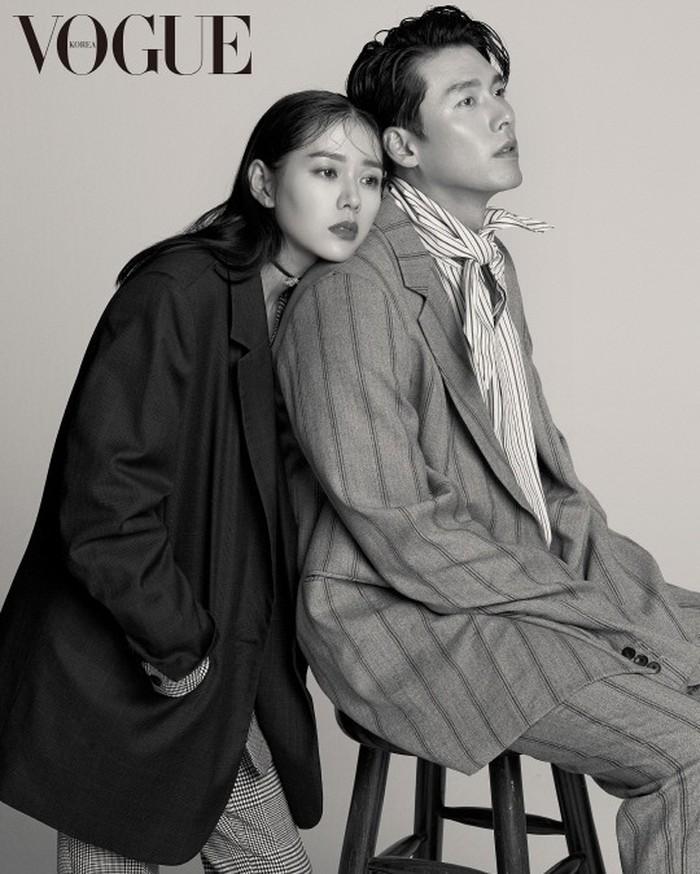 Jadi pasangan di drama yang kemudian berakhir jadi pasangan di dunia nyata. Pasangan artis Korea Hyun Bin dan Son Ye Jin sempat melakukan pemotretan untuk promo drama mereka, Crush Landing on You./Foto: instagram.com/voguekorea