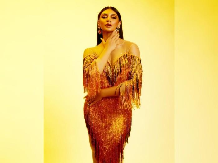 Pada peragaan busana, Jihane menggunakan dress berwarna emas rancangan dari Denny Opulence yang terinspirasi dari tari kecak asal Bali/Foto: Instagram/jihanealmira