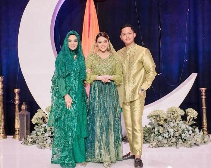 Perceraian antara KD dan Anang pada 2009 silam membuat Aurel dan Azriel harus terpisah dengan ibunya. KD bertolak ke Timor Leste mengikuti suami barunya, sementara Aurel dan Azriel tinggal bersama sang ayah di Jakarta. (Instagram/krisdayantilemos)